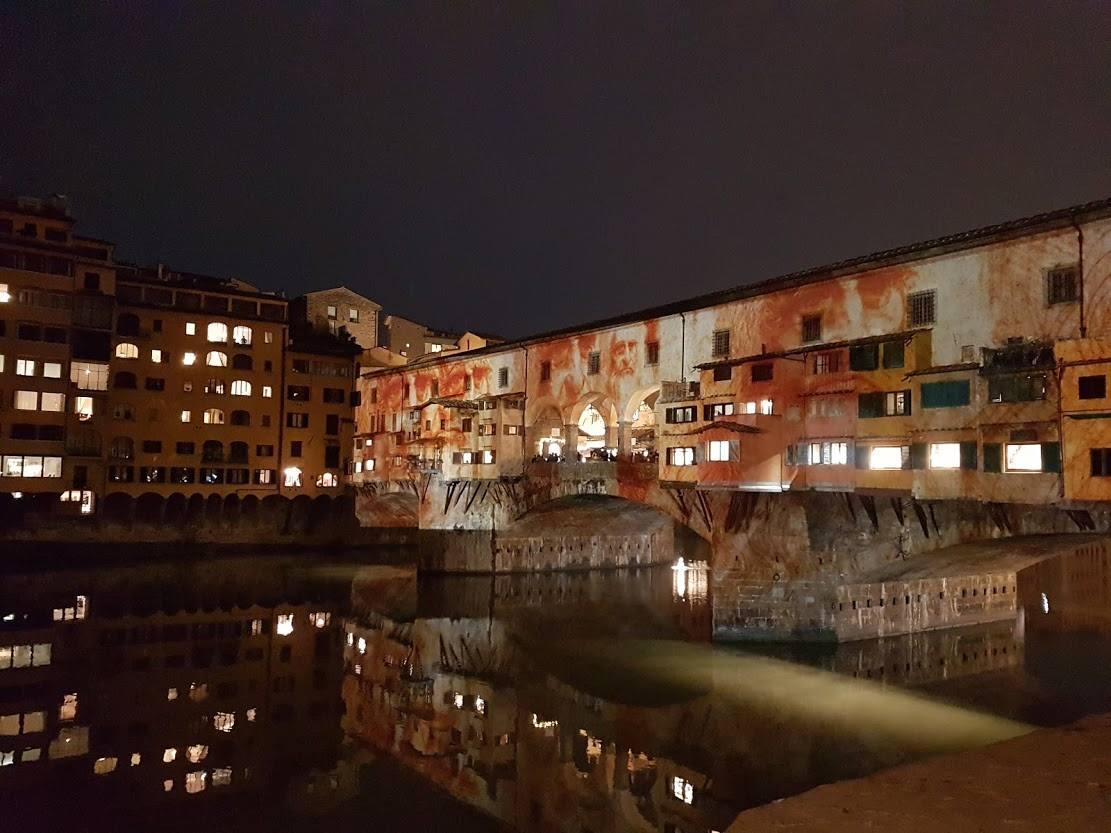 Ponte Vecchio di Firenze illuminato di sera
