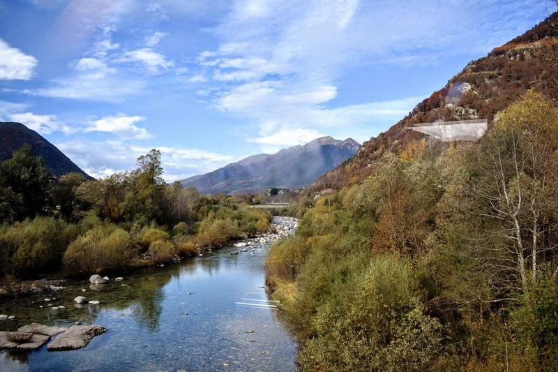 Panorama di un fiume dal treno del foliage