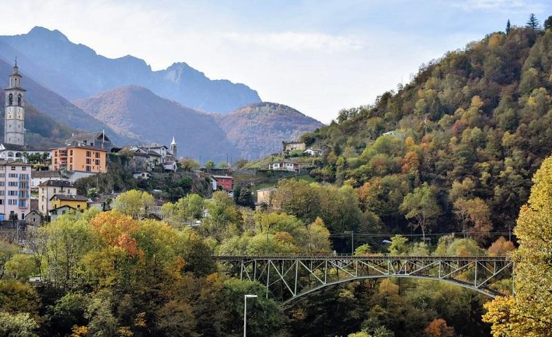 Uno dei ponti e dei borghi che si possono ammiraer dal Treno del Foliage