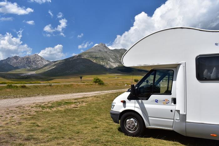 Viaggiare in camper è anche la libertà di fermarsi nella natura per godersi il panorama tutto intorno alla nostra casa su ruote