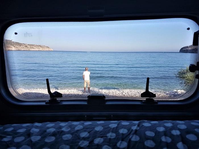 Viaggiare in camper significa anche poter dormire a bordo spiaggia e svegliarsi guardando il mare fuori dalla finestra