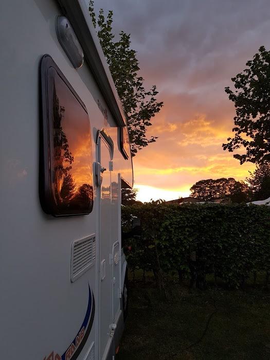 Le luci del tramonto si riflettono sui finestrini della nostra Casa Viaggiante