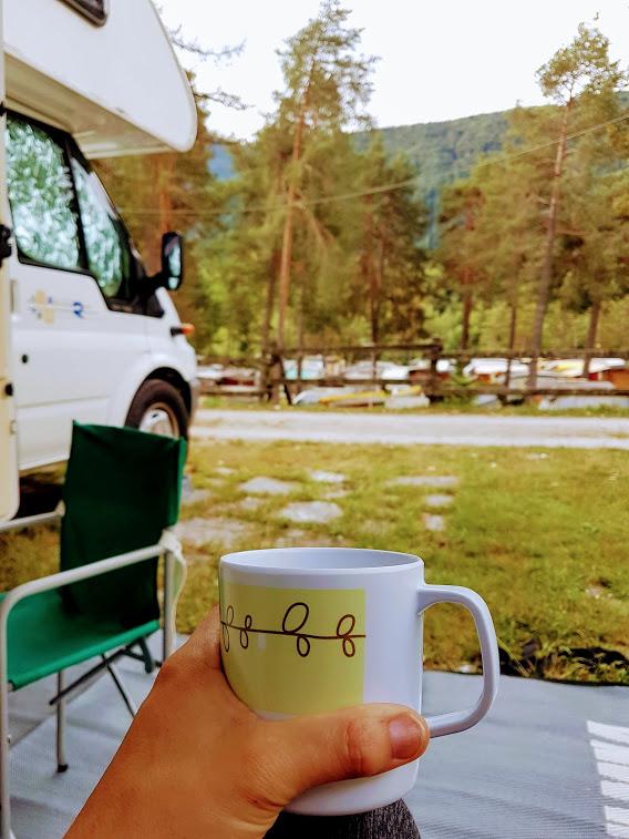 Viaggiare in camper è anche godersi una tazza di caffè nel'atmosfera rilassante del campeggio, in mezzo alla natura