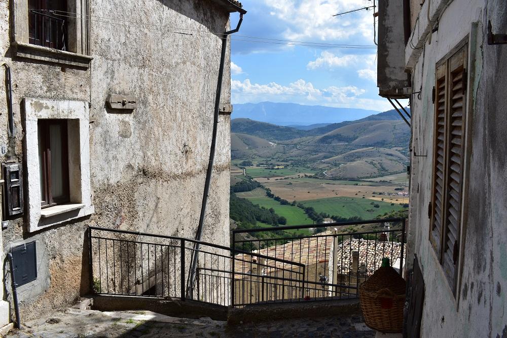 Il borgo di Castel del Monte in Abruzzo